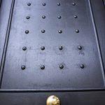 lavori in ferro battuto: porta in ferro battuto