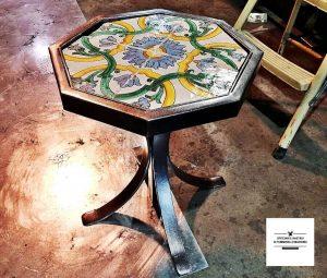 tavolino in ferro battuto con maioliche, uno dei lavori dell'officina nastasi tumminello fabbro a genova